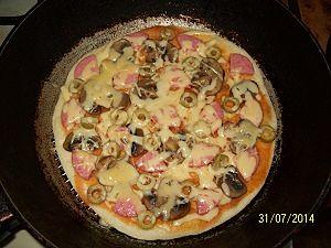 пицца на сковороде с маслинами