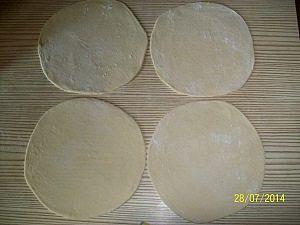 разделили и раскатали тесто на четаре части