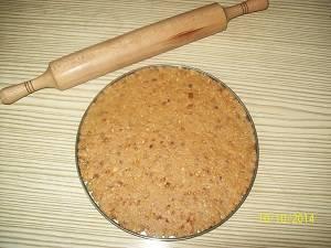 раскатываем коржи для торта коровка