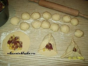 лепим пирожки с мясом и картошкой