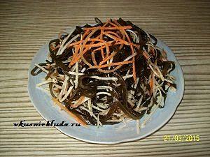 подача салата с морской капустой