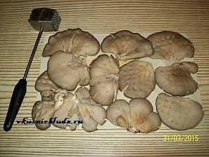 слегка отбиваем грибы