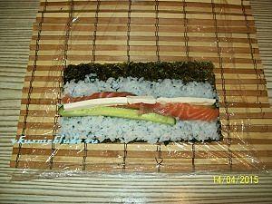 укладываем начинку на рис