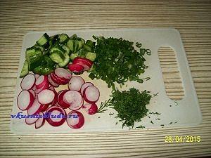 нарезать составляющие для салата с редиской