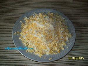 измельчаем яйца для щавелевого супа