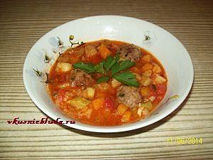 подача овощного супа с фрикадельками