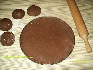 раскатываем коржи для шоколадного медовика