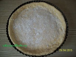 тесто в форме для пирога с вишнями