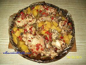 готовая курица с овощами