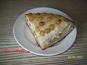 порция пирога с виноградом