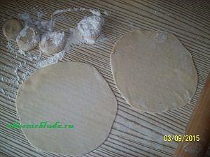 раскатываем тесто для вкусных чебуреков