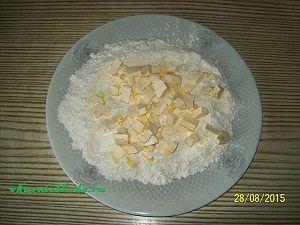 готовим тесто для сливового пирога