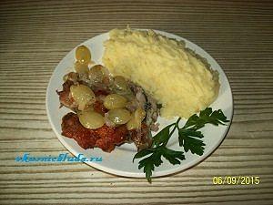 подача жареной курицы с соусом