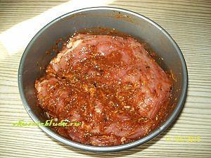 кусок мяса в маринаде