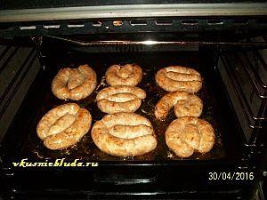 запекаем колбасу из курицы  в духовке