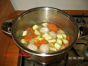варим фрикадельки и овощи