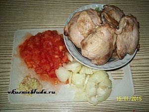 жареные куриные бедра и овощи