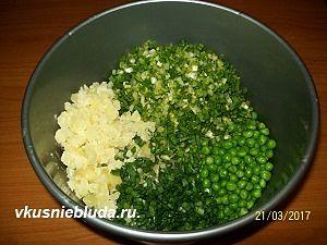 смешиваем лук картофель горох