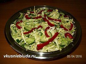 нарезаем овощи для витаминного салата