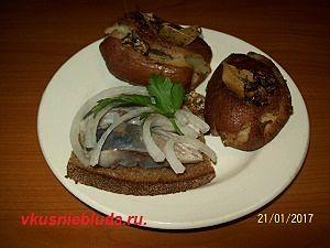 запеченный картофель и селедка