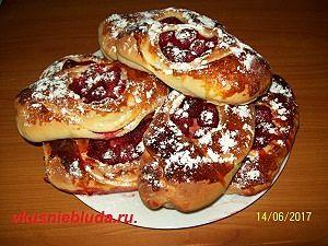 дрожжевые пирожки с клубникой