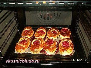 выпекаем пирожки с клубникой