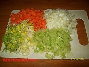 нарезаем морковь сельдерей лук