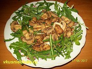 собираем салат из рукколы печени