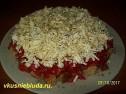 Салат с фетой, помидорами и сухариками.