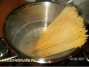 готовим спагетти для соуса