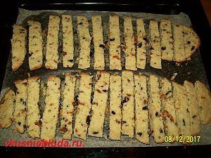 нарезаем печенье с сухофруктами
