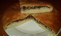 дрожжевой пирог с зеленью и сыром