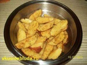 дольки картошки в специях