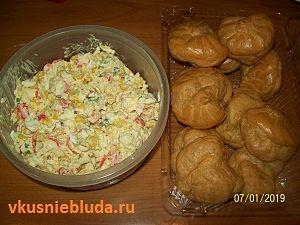 крабовый салат и профитроли