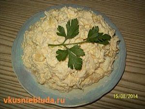 подача салата с курицей и ананасами