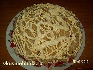 вкусный мясной салат с ананасами