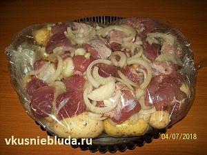 молодая картошка с мясом в рукаве