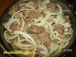 шашлык с луком на сковородке
