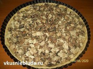 формуем пирог с курицей и грибами