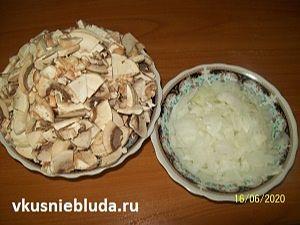 грибы и лук для пирога