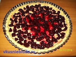 формуем пирог с вишнями
