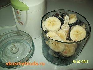 черника и бананы в миксере